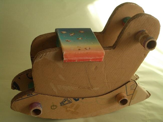ダンボールの木馬
