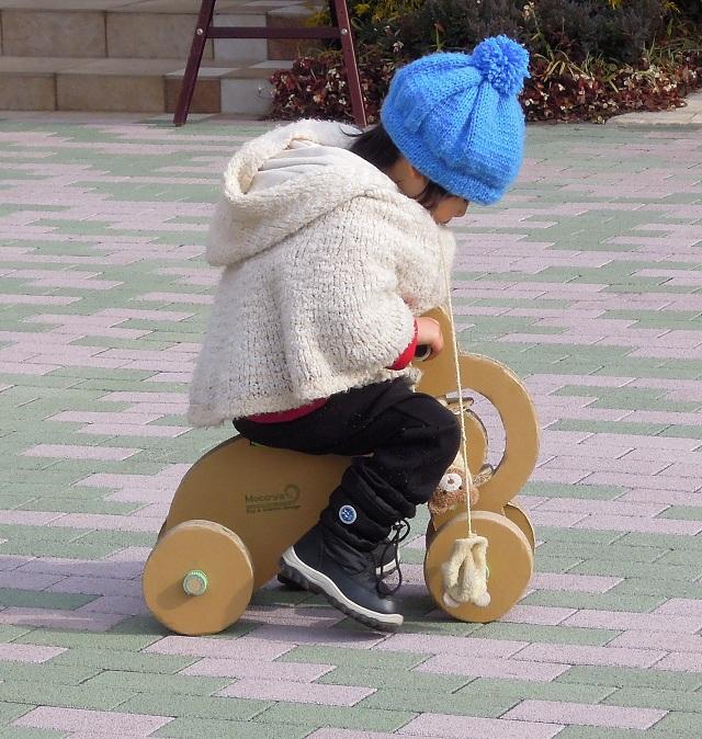 輪車に3歳のお子さんが乗っている様子