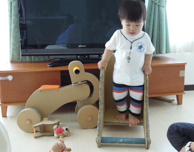 手押し車で遊ぶ様子(1歳半10カ月)