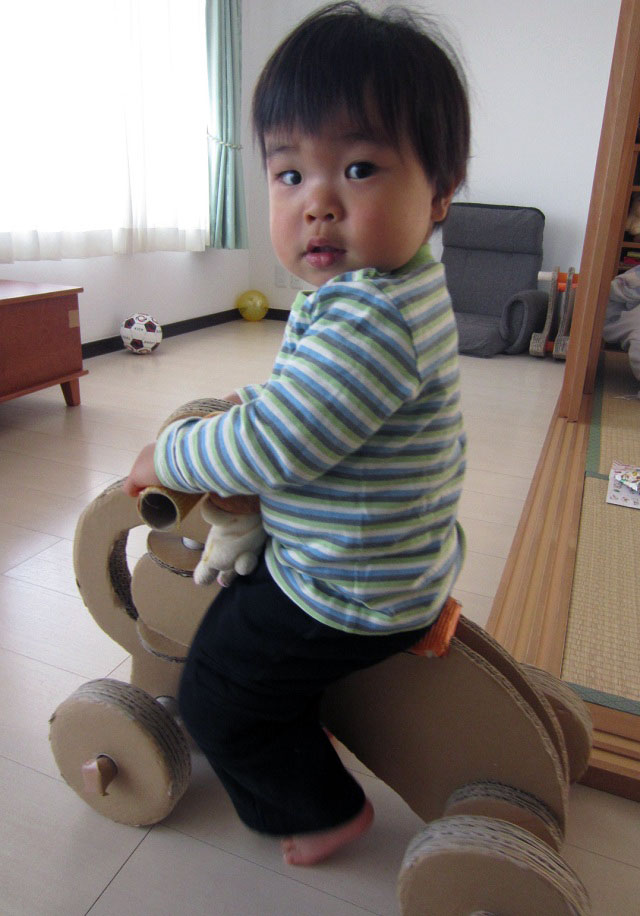 四輪車で遊ぶ様子(1歳半10カ月)