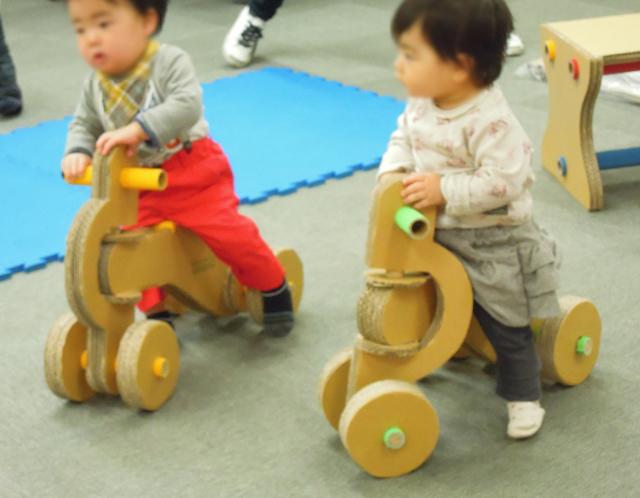 四輪車に1歳のお子さんが乗っている様子