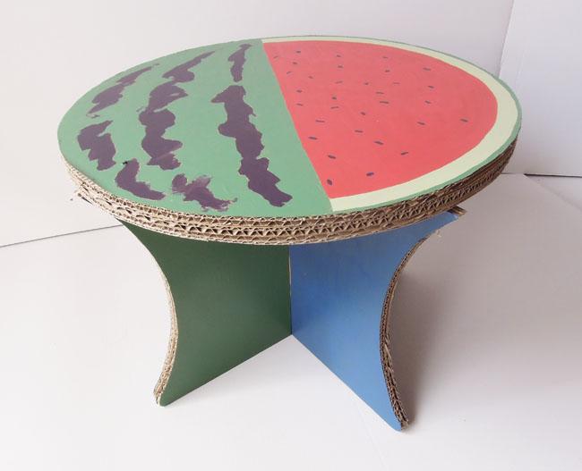 ダンボールのテーブル