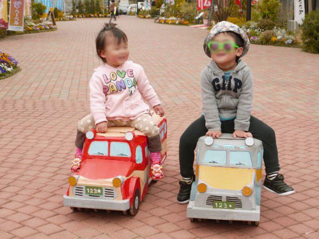 ダンボールのボンネットバスと子供たち